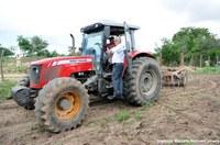 Gilberto de Dora fiscaliza aração de terras