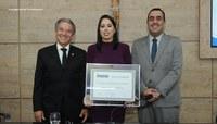 Jovem empresária recebe cidadania caruaruense durante solenidade na CMC