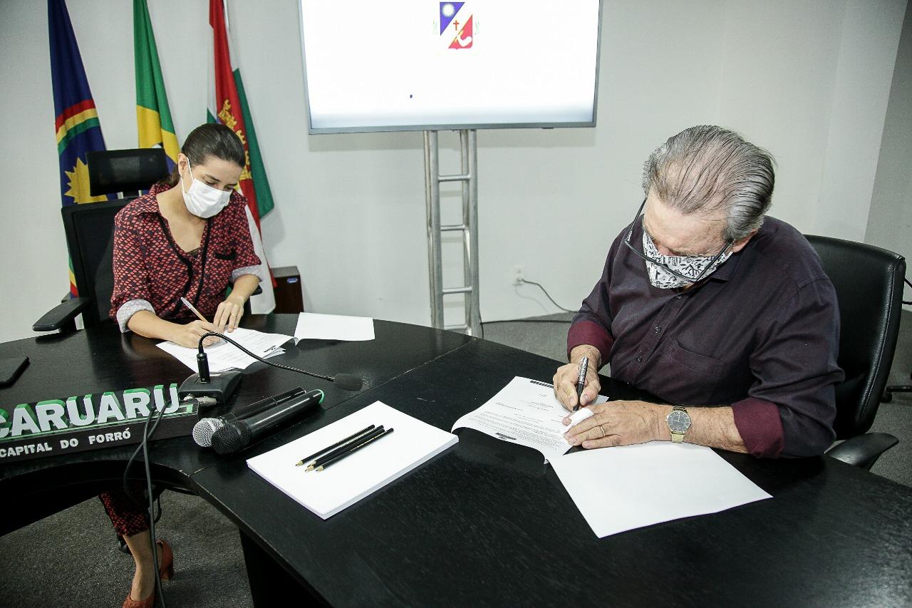 Prefeitura de Caruaru assina convênio com a Câmara de Vereadores para aulas na TV